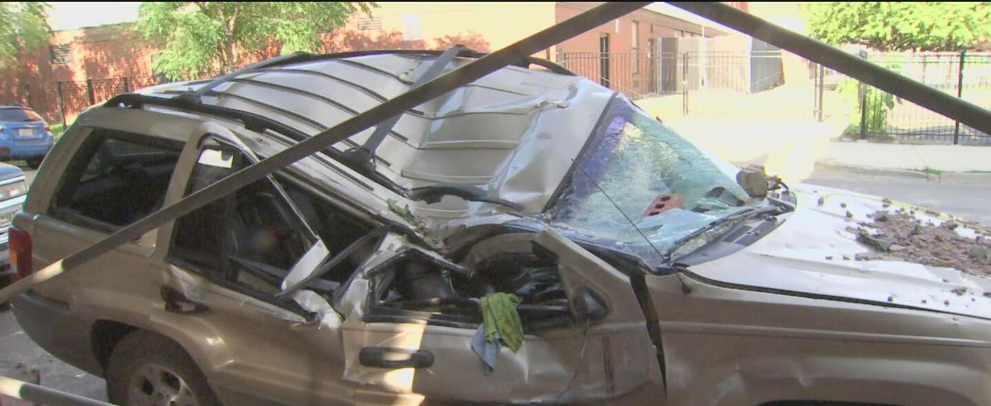 Tormentas destruyen dos autos en Pilsen