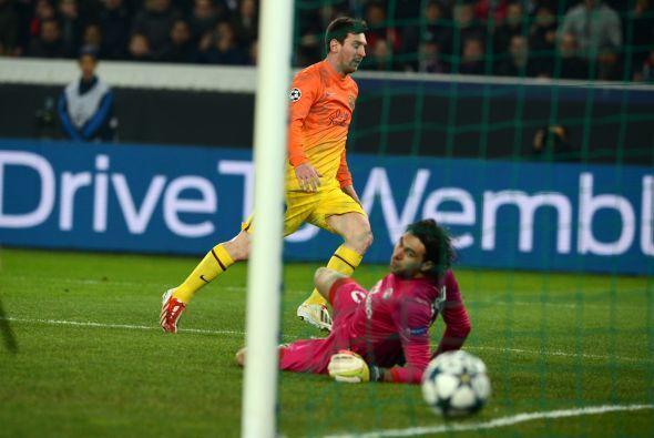 En el minuto 37 un pase de Dani Alves dejó solo a Messi y el argentino n...