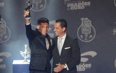 Héctor Herrera fue reconocido con el 'Dragón de Oro'