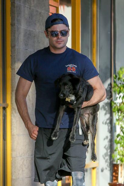 Zac se ve muy cómodo paseando con uno de sus mejores amigos.