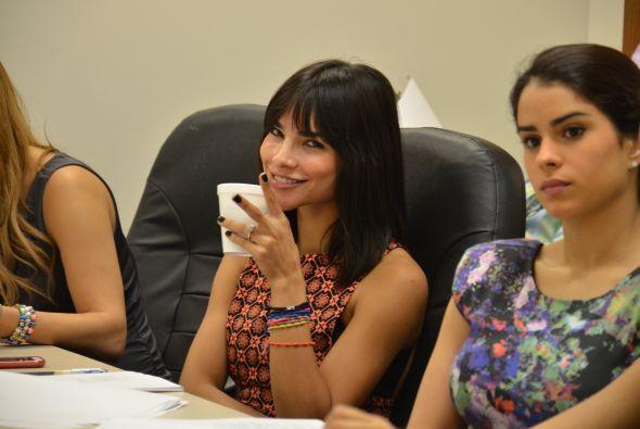 Entre café y café, Alejandra y la producción se pone de acuerdo para que...
