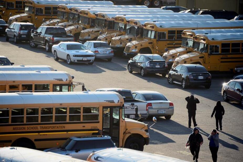 Conductores del servicio de autobuses escolar esperan órdenes.