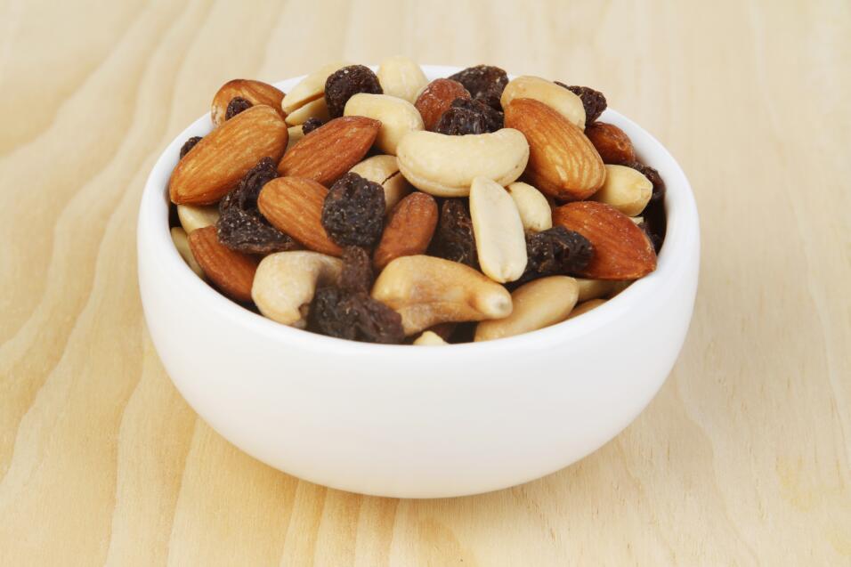 Todos los frutos secos, especialmente las nueces, las almendras y el man...