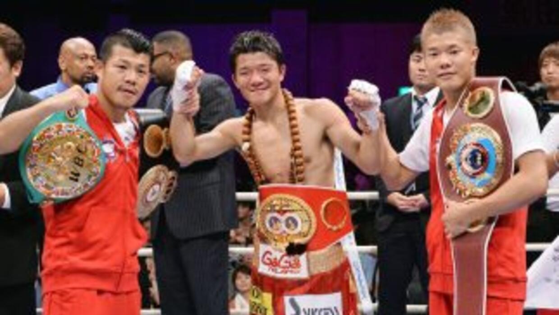 Koki, Daiki y Tomoki Kameda posan con sus cinturones de campeones al fin...