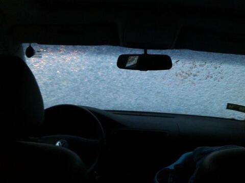 Así luce el auto de Guillermo del Río durante la primera nevada ligera d...