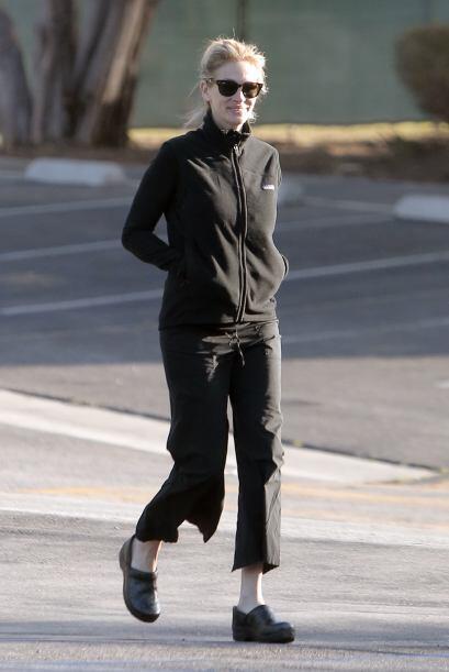 Vistiendo un atuendo cómodo y en color negro Julia fue captada caminando...