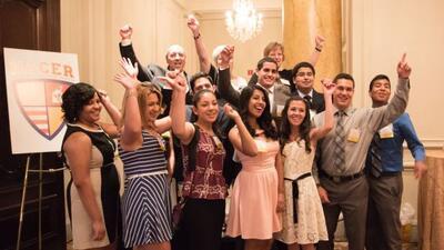 Proprietarios de McDonalds celebran con estudiantes Latinos en la ceremo...