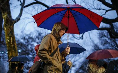 Ante la advertencia de fuertes vientos, las autoridades locales pidieron...