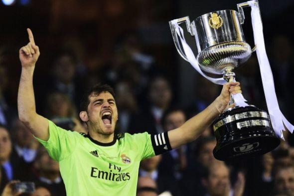 Casillas levantó la Copa que recibió de manos del Rey Juan...