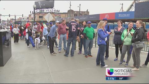Aficionados esperan largas horas para conseguir boletos para los Cubs