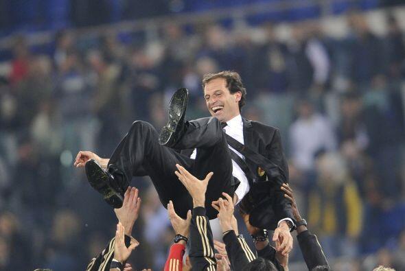 Massimo Allegri, director técnico, fue alzado por sus jugadores.
