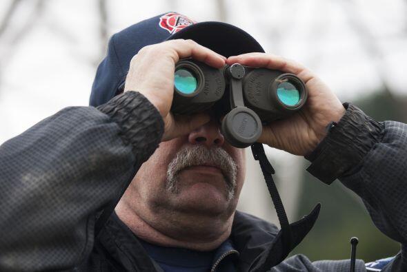 En esta foto uno de los rescatistas observa a través de sus binocuares p...