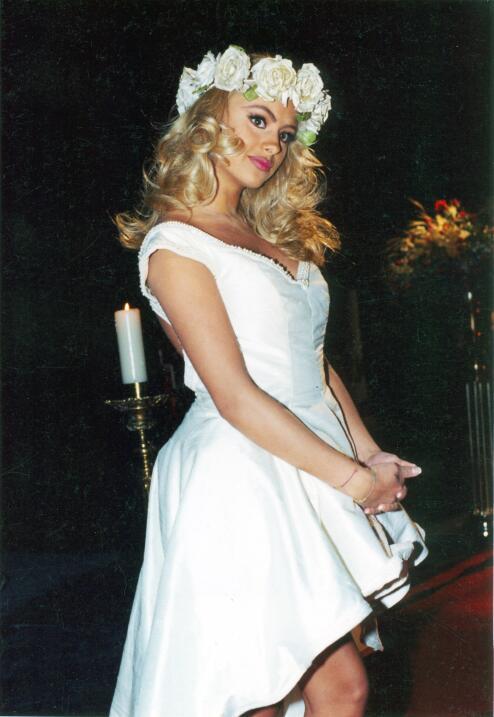 Aquí vemos a Paulina Rubio vestida de novia en 1997 para uno de s...