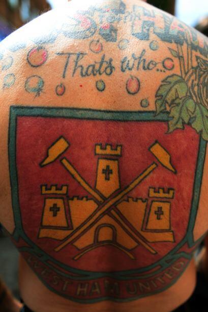Otro seguidor del West Ham muestra sus tatuajes antes del inicio del par...