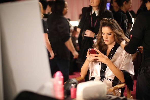 Adriana Lima no es la única que pasa por el salón de belleza antes de mo...