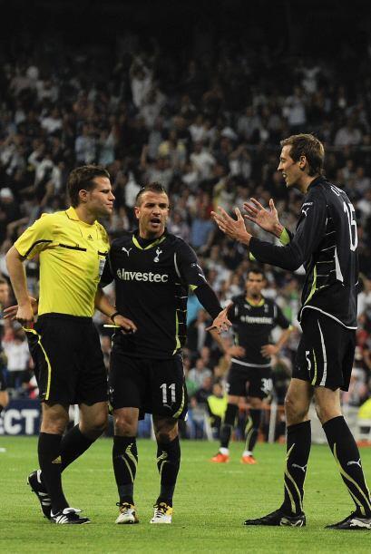 Y 10 minutos más tarde, el Tottenham se quedó con un hombre menos por la...