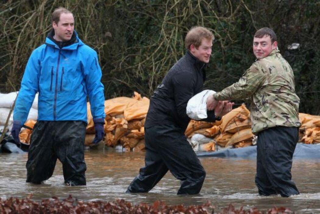 No es común ver a un príncipe con el agua hasta las rodillas ayudando a...