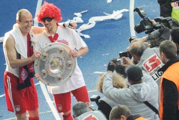 Robben y Ribery empezaron el festejo muy a su estilo mientras al prensa...