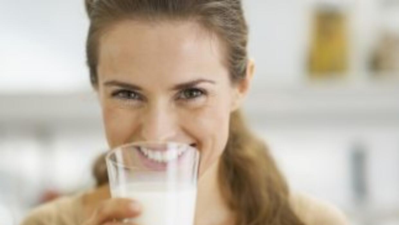 Una nueva razón para tomar leche descremada a la hora del desayuno es qu...