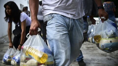 """En el barrio popular 23 de Enero de Caracas, familias compran """"bols..."""