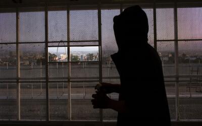 Una persona deportada de EEUU espera su ingreso en México en el c...