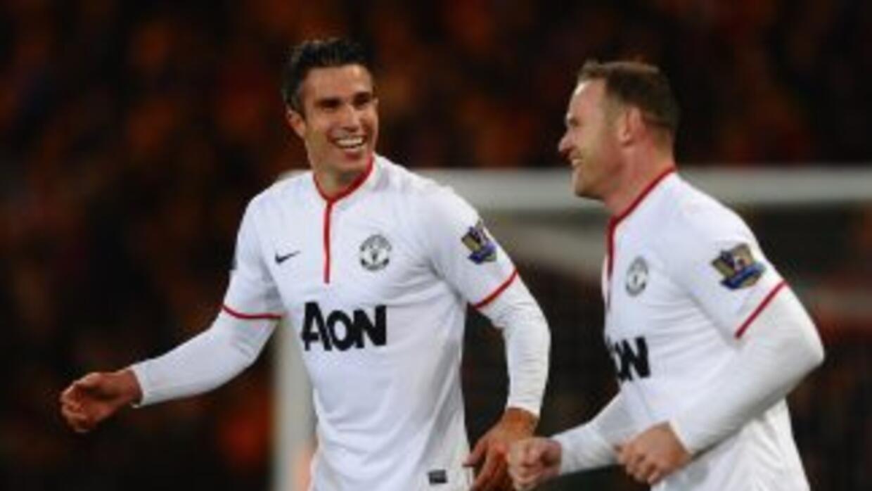 Van Persie, autor del primer gol, celebra el tanto de Rooney.