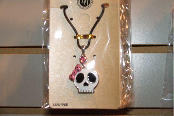 Qué tal este collar de una calaverita con un lacito rosado, ideal...