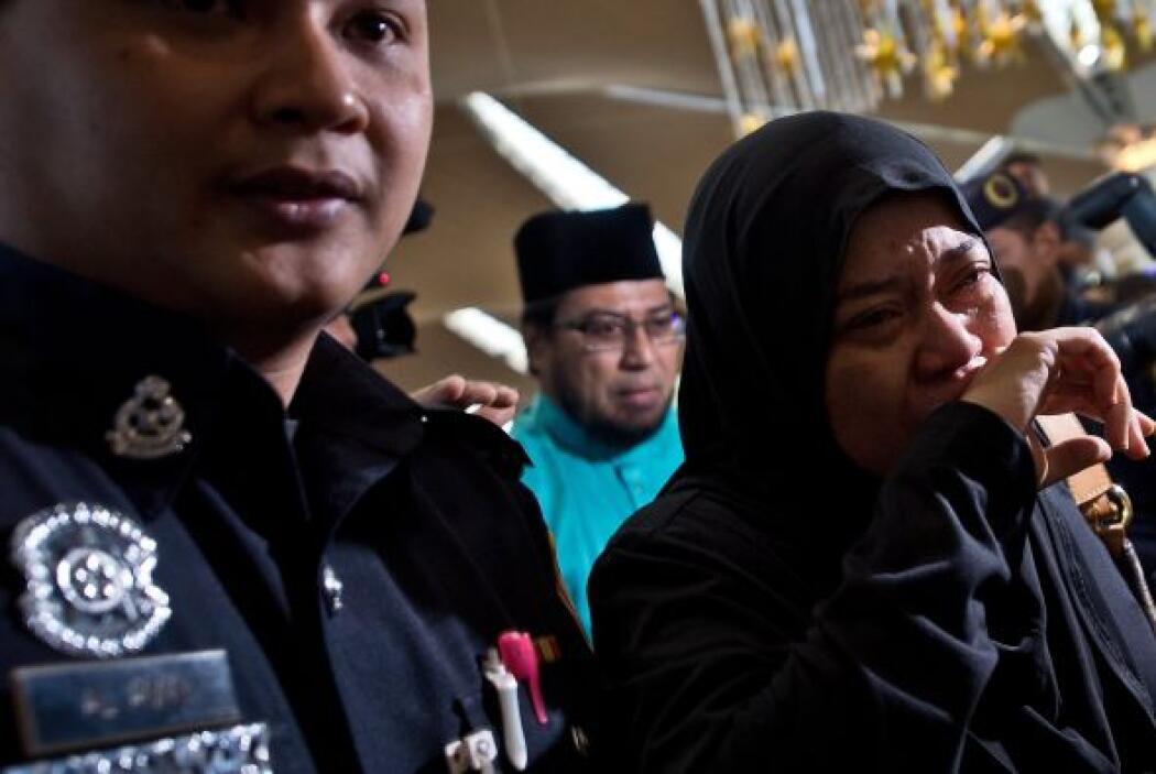 Familiares de los pasajeros del Malaysia Airlines vuelo MH17 lloran ante...