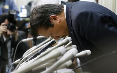 Tetsuro Aikawa, presidente de Mitsubishi Motors pide perdón durante una...