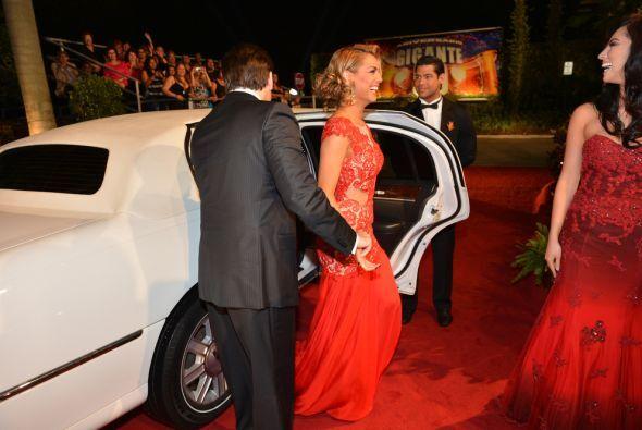 Una a una fueron llegando a la alfombra roja en su limusina,