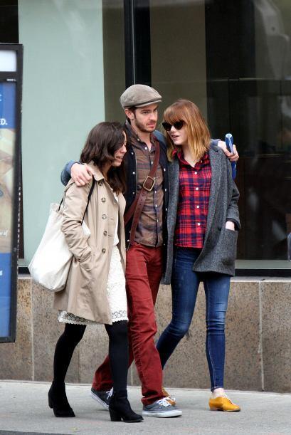 La pareja disfruta de estar en compañía de sus amigos m&aa...