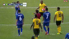 Tarjeta amarilla. El árbitro amonesta a Moisés Xavier García de El Salvador
