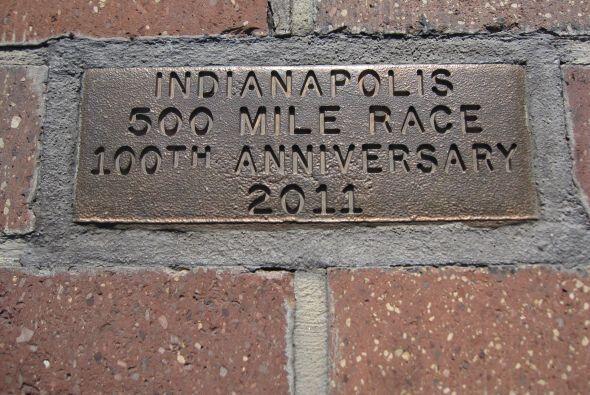 Placa conmemortativa de las 100 carreras de Indianapolis 500 y que está...