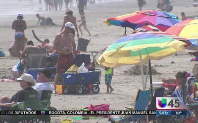 Miles de vacacionistas llegan a Galveston