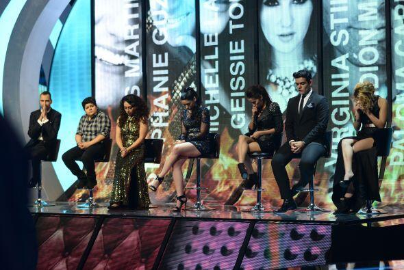 Los siete chicos, esperando la decisión de Alejandra, Larry y Julión.