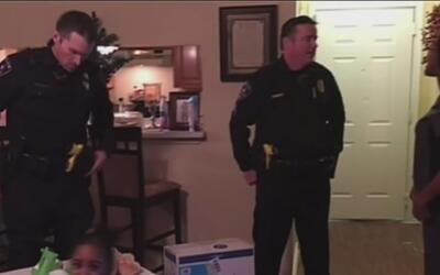 Este oficial en Texas vio que tenía las sillas para bebés rotas y en lug...