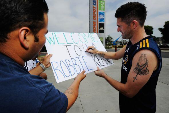 Y los fanáticos aprovecharon para conseguir autógrafos de sus ídolos.