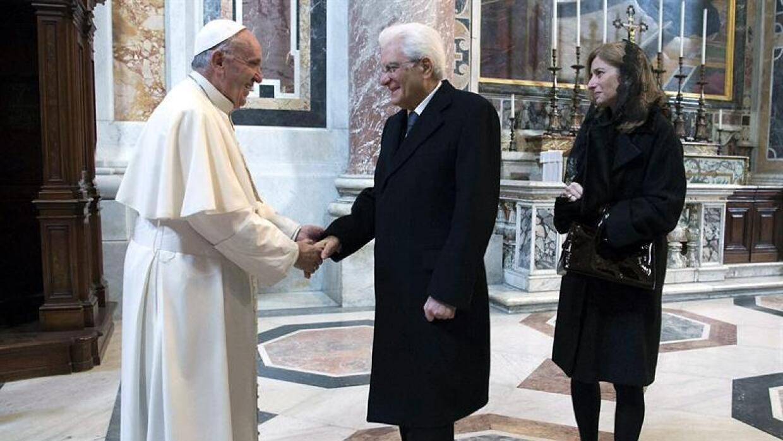 El papa Francisco saluda al presidente italiano, Sergio Mattarella.
