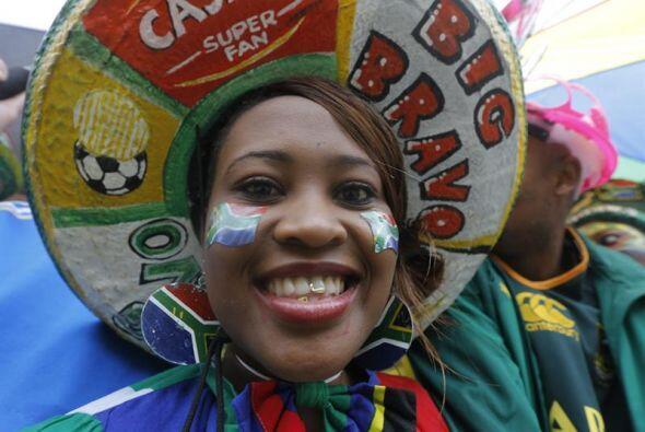 Otra mujer, vestida con los colores típicos de Sudáfrica, a su llegada a...