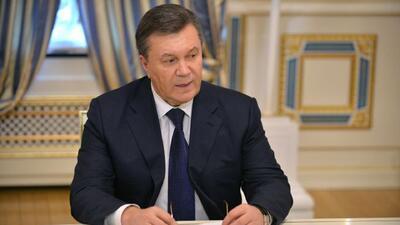 El Parlamento de Ucrania votó a favor de destituir al presidente Víktor...
