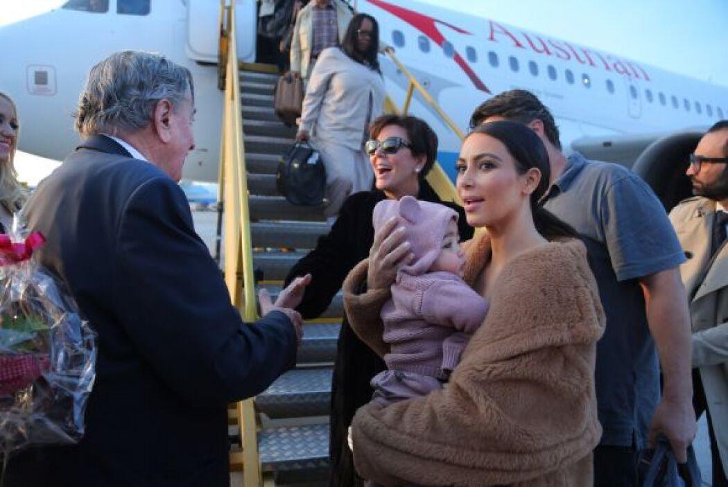 Al llegar al aeropuerto ya las esperaba el millonario. Mira aquí los vid...