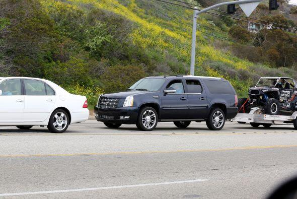 Bruce conducía sobre la autopista de Malibú cuando el auto...