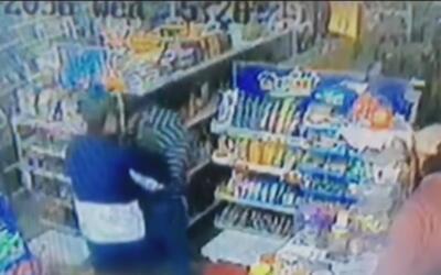 Dueño de carnicería en México se enfrenta a ladrones para defender su ne...