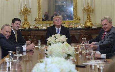 El presidente Donald Trump reunido con líderes del Congreso en la...