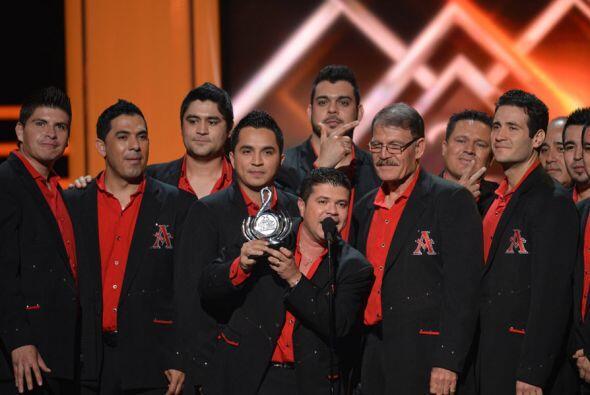 Los integrantes de la agrupación recibieron con mucha alegría su premio.