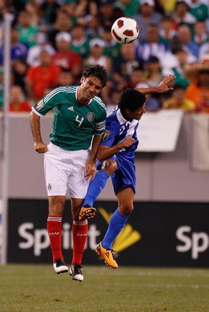 Rafa Márquez recibió una patada brutal por parte del guatemalteco Wilmer...
