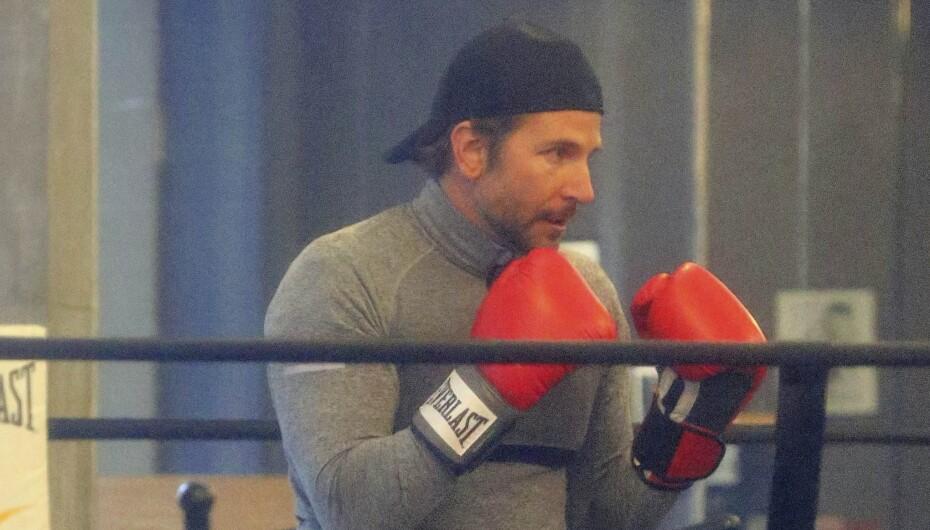 Mira al galán de Hollywood mostrando sus habilidades, entrenando duro en...
