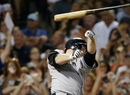 Cuando se jugaba la séptima entrada el jugador de Yankees soltó el bate.