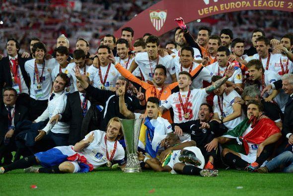 El equipo completo recibió su medalla de campeón y festejaron con el tro...