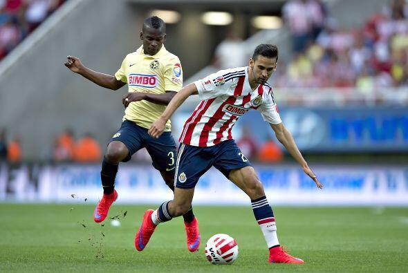26.- Raúl López: El lateral de Chivas se mostró solvente al defender su...